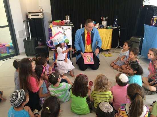 מופע ליום הולדת – קוסם ילדים שמציע מופע בלי קסמים מסביר