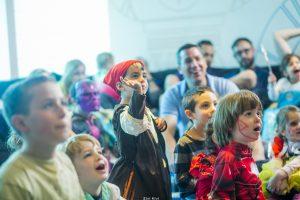ילדים שנהנים ממופע